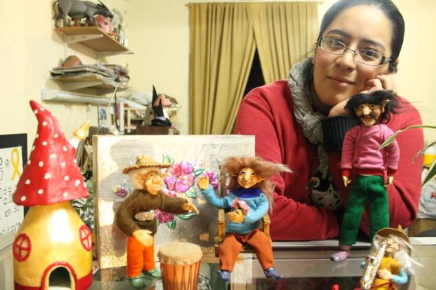 María Augusta Galán junto a su creaciones.