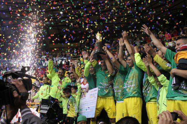 Barrio El Vecino levanta el trofeo que lo consagra como tricampeón.